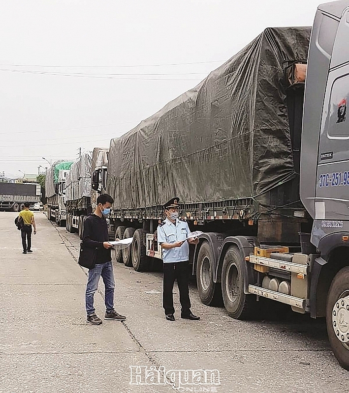 Chi Ma Customs officer instructed businesses and goods owners to bring their vehicles to the customs clearance yard. Photo: Cong Thanh.