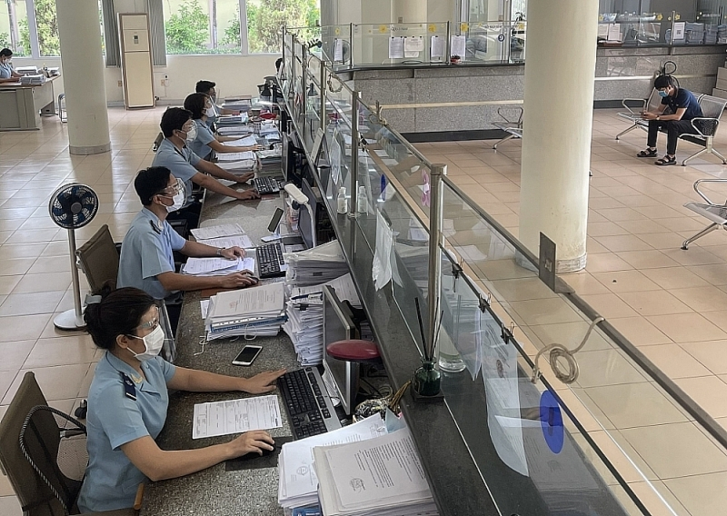 Dong Nai Customs officers will work on a rotating basis to ensure the distance requirements. Photo: TH