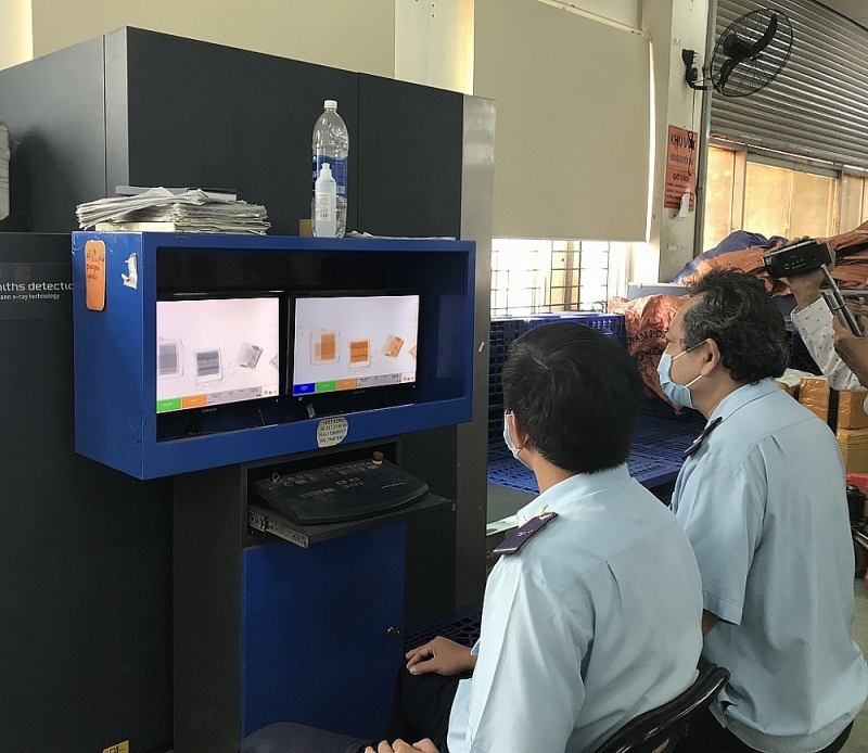 Customs officials inspect goods using scanners. Photo: T.H
