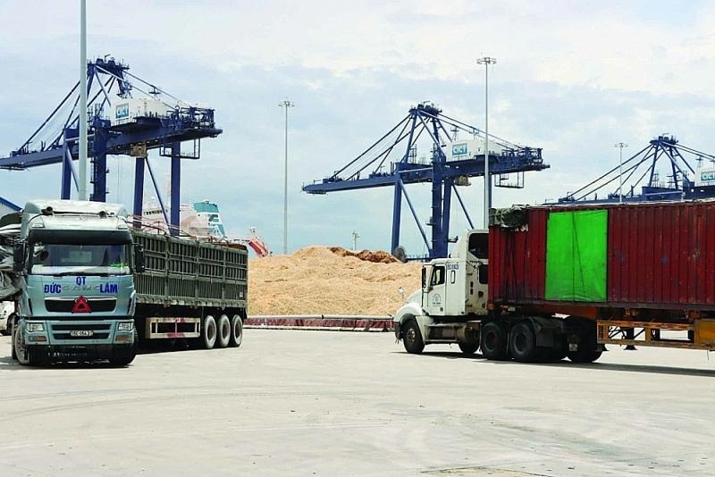 Loading and unloading of wood chips at Vung Ang port (Ha Tinh). Photo: Phan Tram