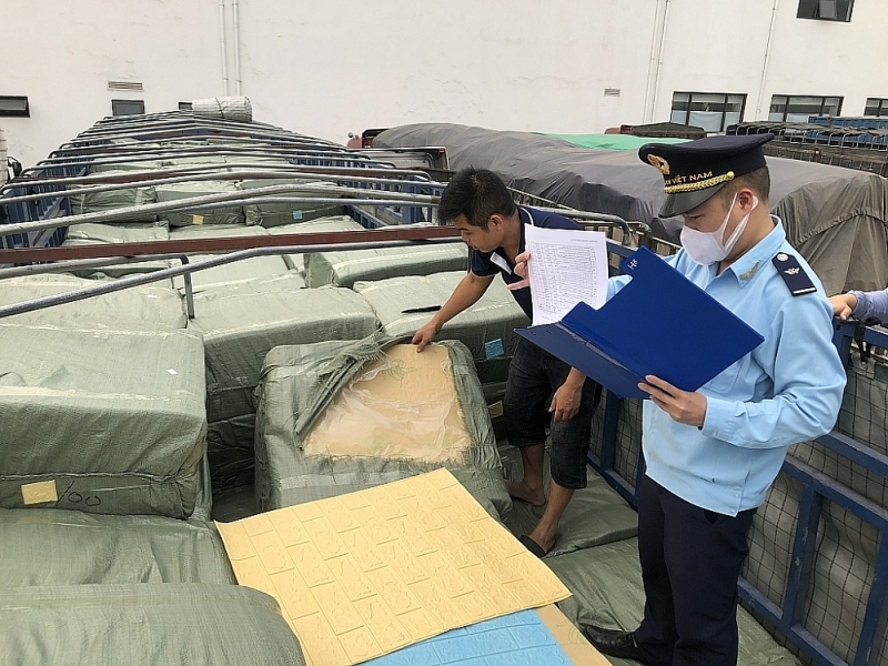 Huu Nghi Customs officers inspect imported goods. Photo: H. Nu