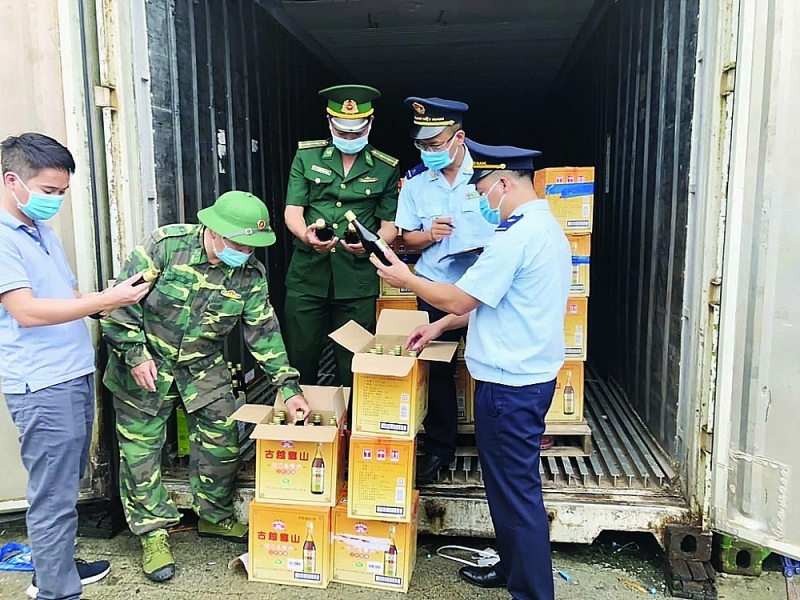 Chi Ma Customs Branch officers inspect imported alcohol of Tuan Phuong company. Photo: H.Nu