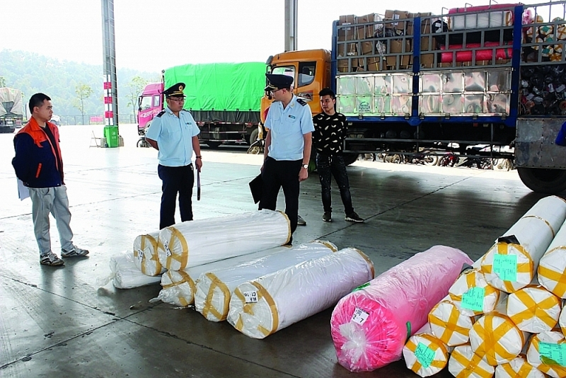 Huu Nghi Customs officers inspect imported goods. Photo: H.Nu