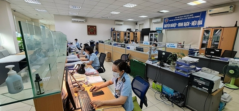 Officers of the Customs Branch at Yen Phong industrial Park at work (Bac Ninh Customs Department). Photo provided by the customs branch