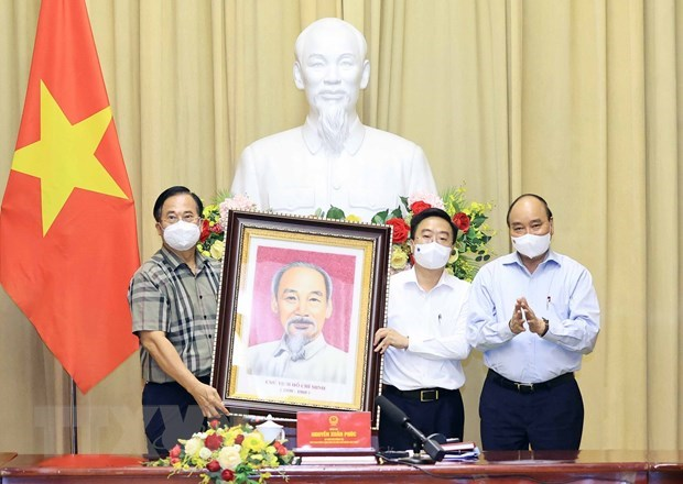 President hails garment sector for growth amid COVID-19 pandemic hinh anh 2