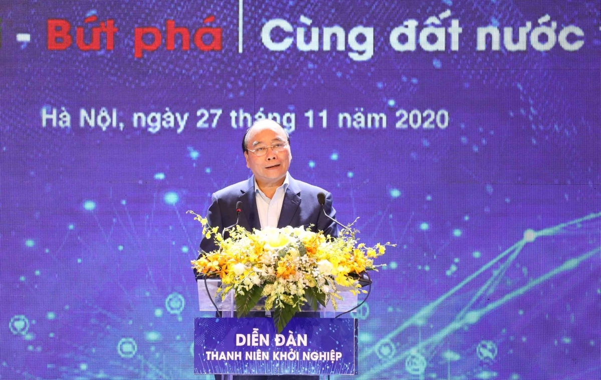 Prime Minister Nguyen Xuan Phuc encourages innovative startups at a youth forum in Hanoi.