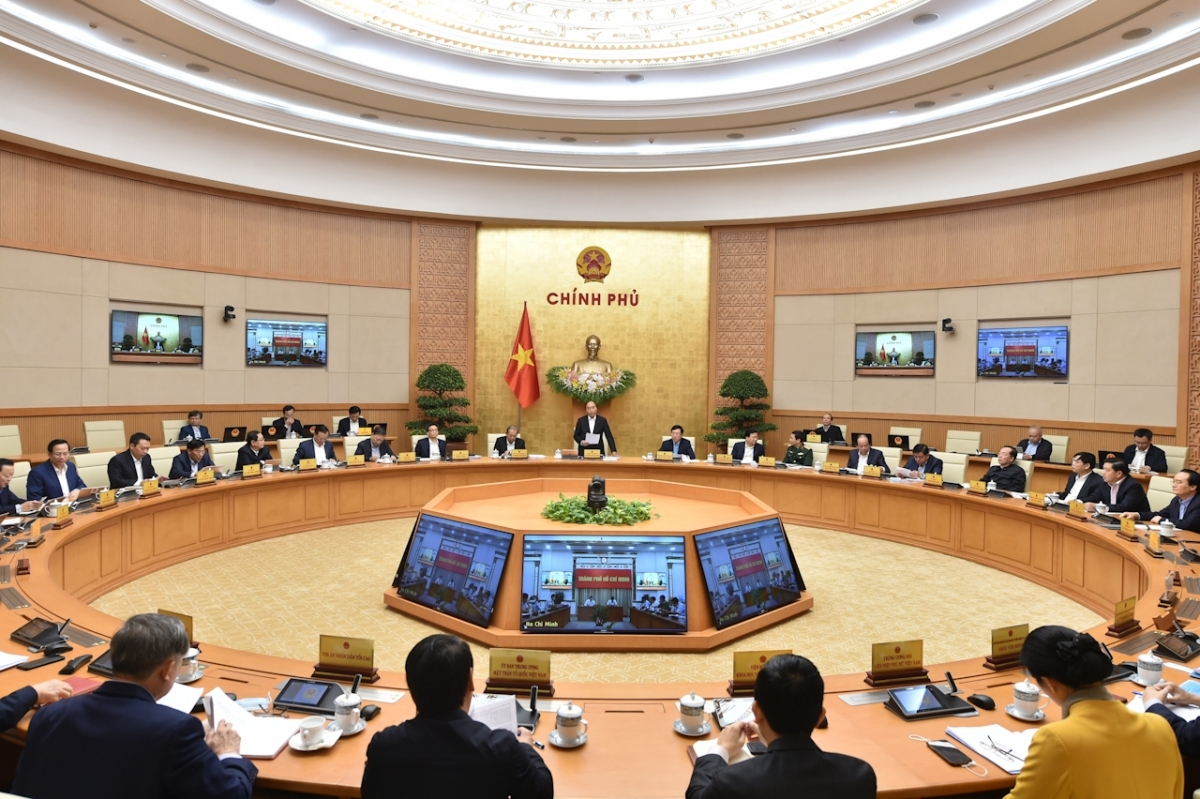 Prime Minister Nguyen Xuan Phuc chairs a regular Government meeting for November (Photo: VGP)