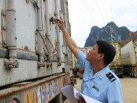 No goods temporarily import and re-export through side gates, open paths in Cao Bang