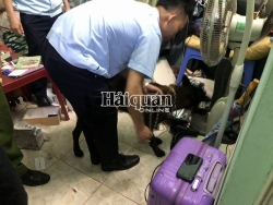 Mong Cai Customs using sniffing dogs to detect drugs