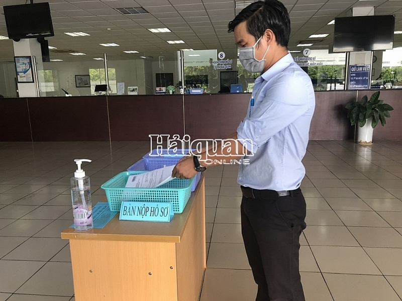 Thu Dau Mot Customs Branch arranges a separate area for receiving declaration to ensure pandemic prevention. Photo: T.DỊu