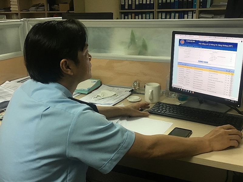 Customs officials of Hanoi Customs Department operate automated customs supervision system. Photo: N.Linh