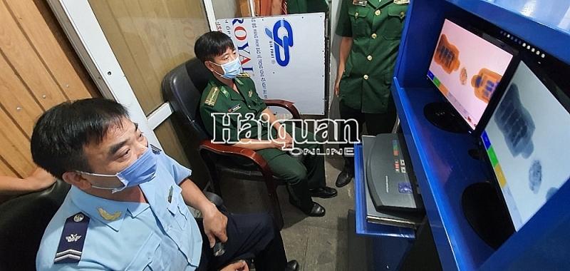 Cau Treo Customs officers apply professional skills to control goods via scanning image. Photo: Lê Dũng