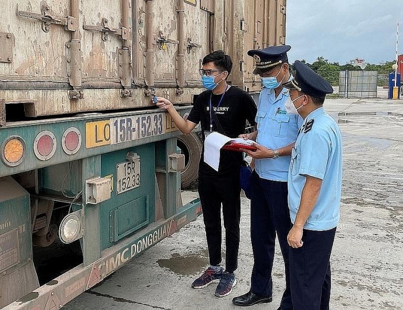 Customs officials of Mong Cai Customs Branch (Quang Ninh Customs Department) inspect and supervise import and export goods