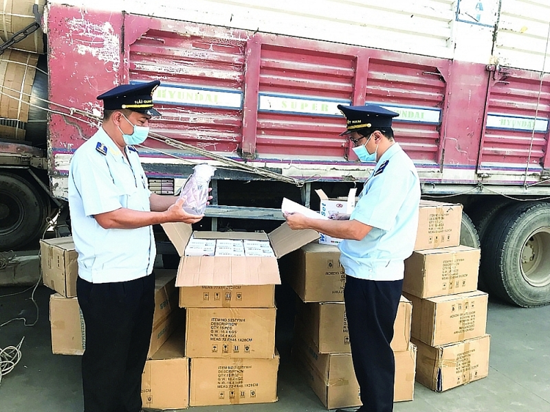 An Giang Customs officials checked imported goods. Photo: T.H