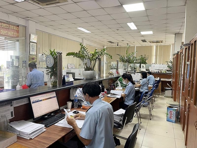 Customs officials of Saigon port area 1 Customs Branch perform tasks during scocial distancing. Photo: Thu Hòa