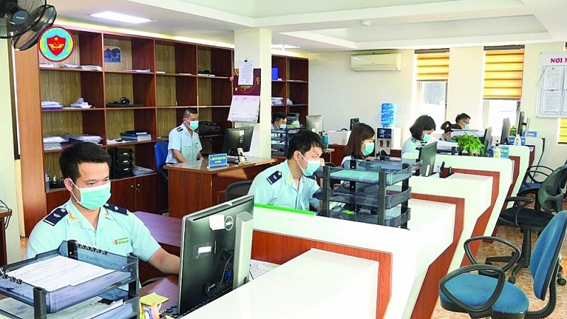 Professional activities at Cam Pha port Customs Branch (Quang Ninh Customs Department). Photo: Đào Dương