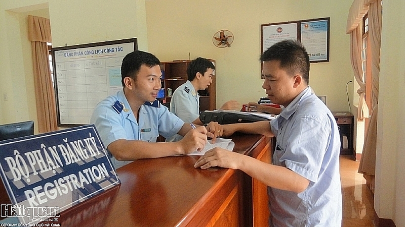 Customs officials of Buprang Customs Branch - Dak Lak Customs Department guide enterprises to complete procedures. Photo: N.H.
