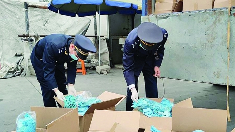 Huu Nghi Customs official (Lang Son Customs Department) inspects a shipment of used gloves of Ngoc Diep Co., Ltd. Photo: Thành Nguyễn