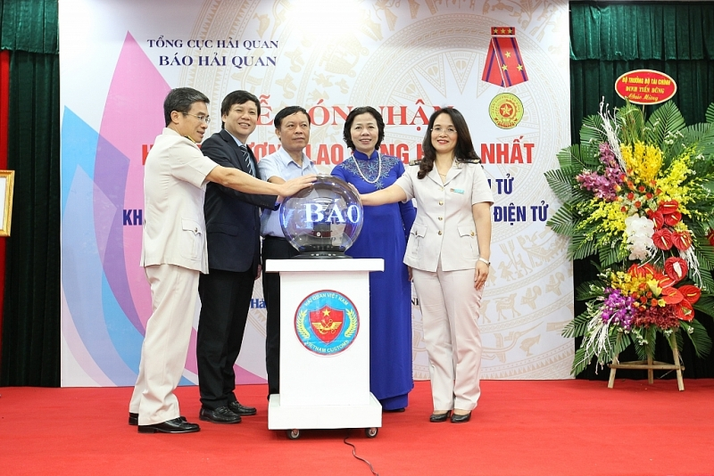 The leaders and Editor-in-Chief of Customs Newspaper Vu Thi Anh Hong pressed the button to launch the English version of Customs Newspaper Online - Customs News in 2016. Documentary photo.