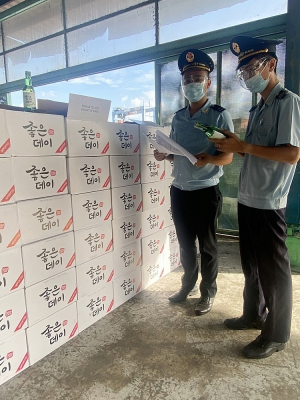 Saigon port area 1 Customs officers checked imported goods. Photo: L.Linh