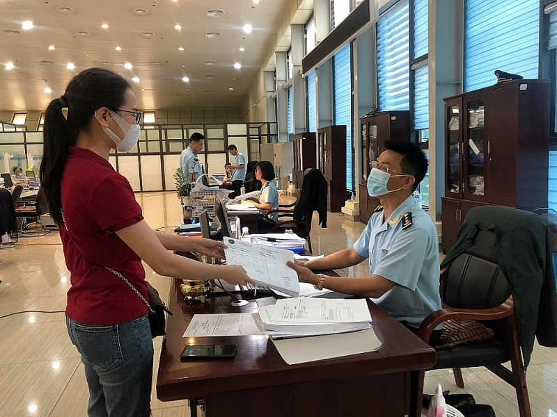 Huu Nghi Customs officer receives and guides enterprises to carry out customs procedures. Photo: H.Nụ