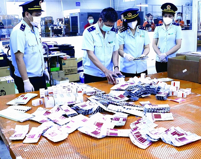 Customs forces seized more than 60,000 pills of medicine serving for Covid-19 pandemic treatment. Photo: T.Bình
