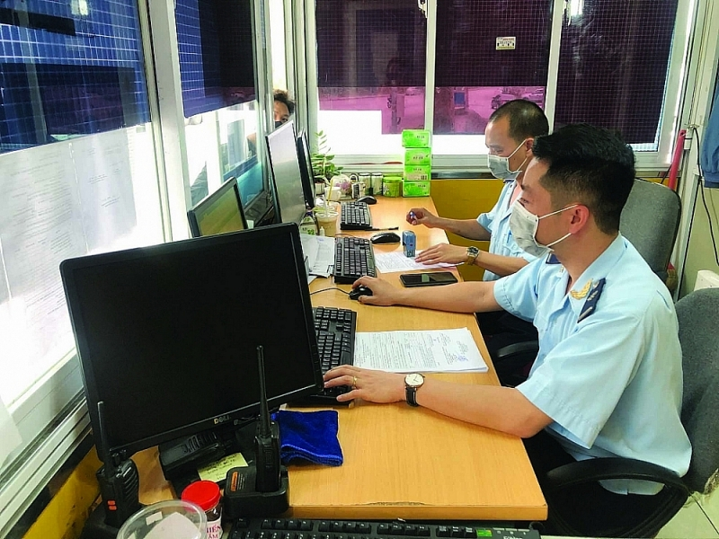 Huu Nghi Customs officer (Lang Son Customs Department) receives and guides firms to carry out procedures for transporting imported goods into the yard. Photo: H.Nu
