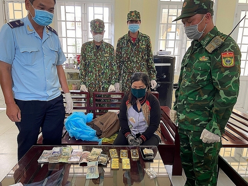 The case of smuggling five gold bars was seized by Tinh Bien Customs in coordination with Tinh Bien border guard, An Giang. Photo: T.Tuấn