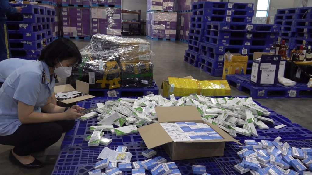 Seizing hundreds of illegally imported boxes of drugs and anti-epidemic medical equipment